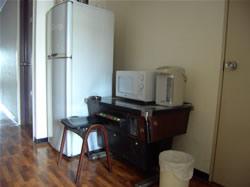 冷蔵庫、共有の電気ポットや電子レンジは2階にあります。